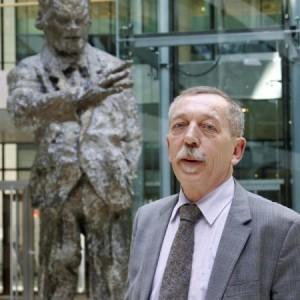 Willy Brandt schaut ihm über die Schulter: Eberhard Ruoff, seit einer Woche Chef der Sachsenhäuser SPD, arbeitet derzeit noch in Berlin, wird aber bald nach Frankfurt zurückkehren.